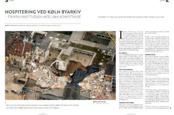 Oppslag med et stort foto av et bygg som har kollapset