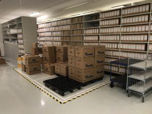 Bilde av pappesker som står innenfor et område med teip på gulvet
