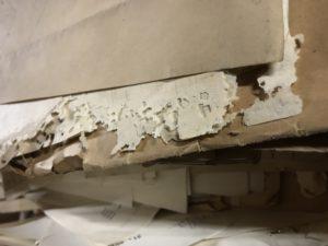 Bilde av papir som er ødelagt i kantene